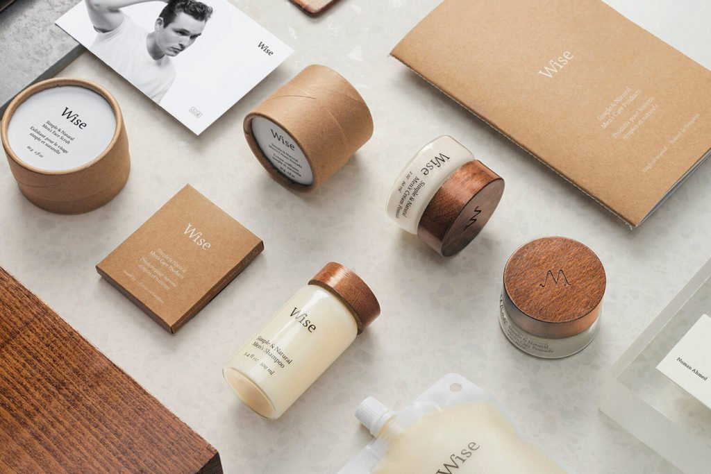 Présentations des packaging primaires pour homme, de la marque Wise. Il s'agit de petits pots en verre avec un couvercle en bois et d'autres emballages en carton craft.