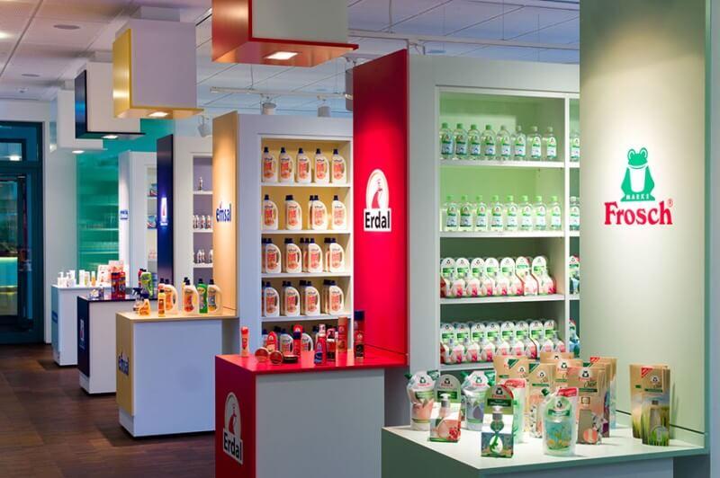 Photo des différentes étagères pour les produits Werner & Mertz, dans le magasin d'usine à Mainz. On peut y voir les différentes marques de l'entreprise.